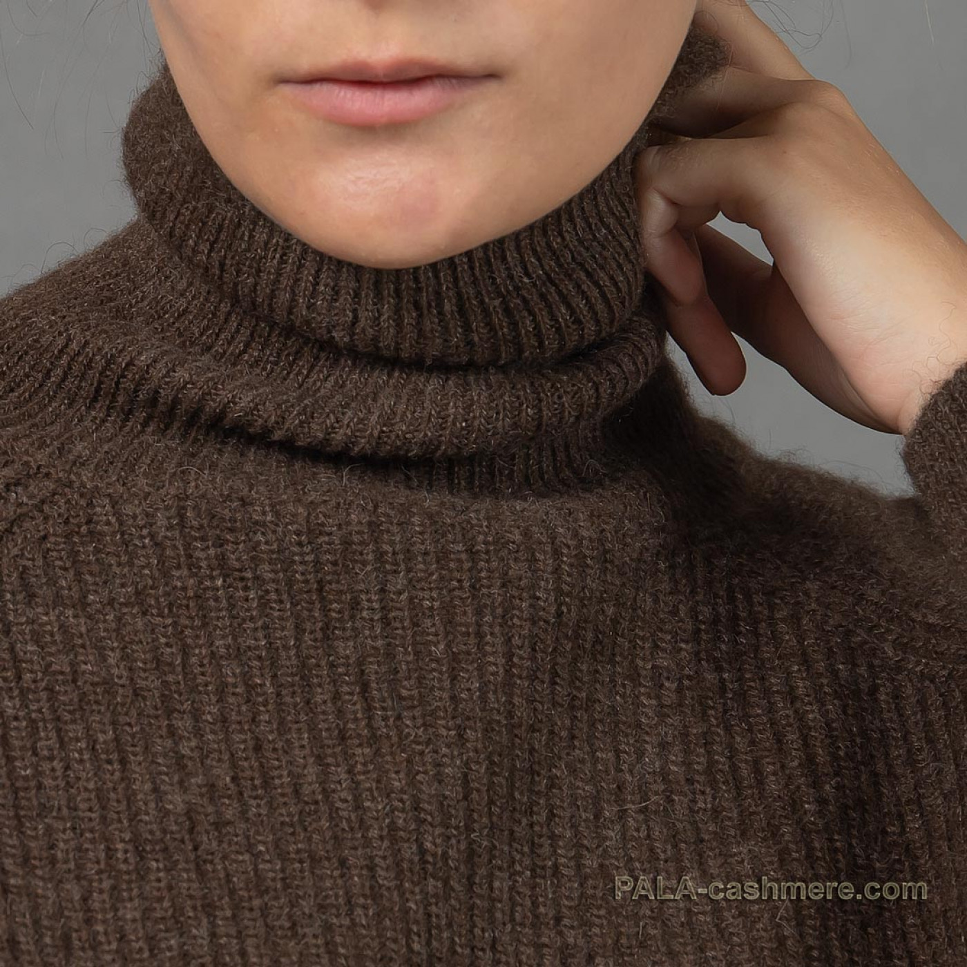 Warm sweater with throat