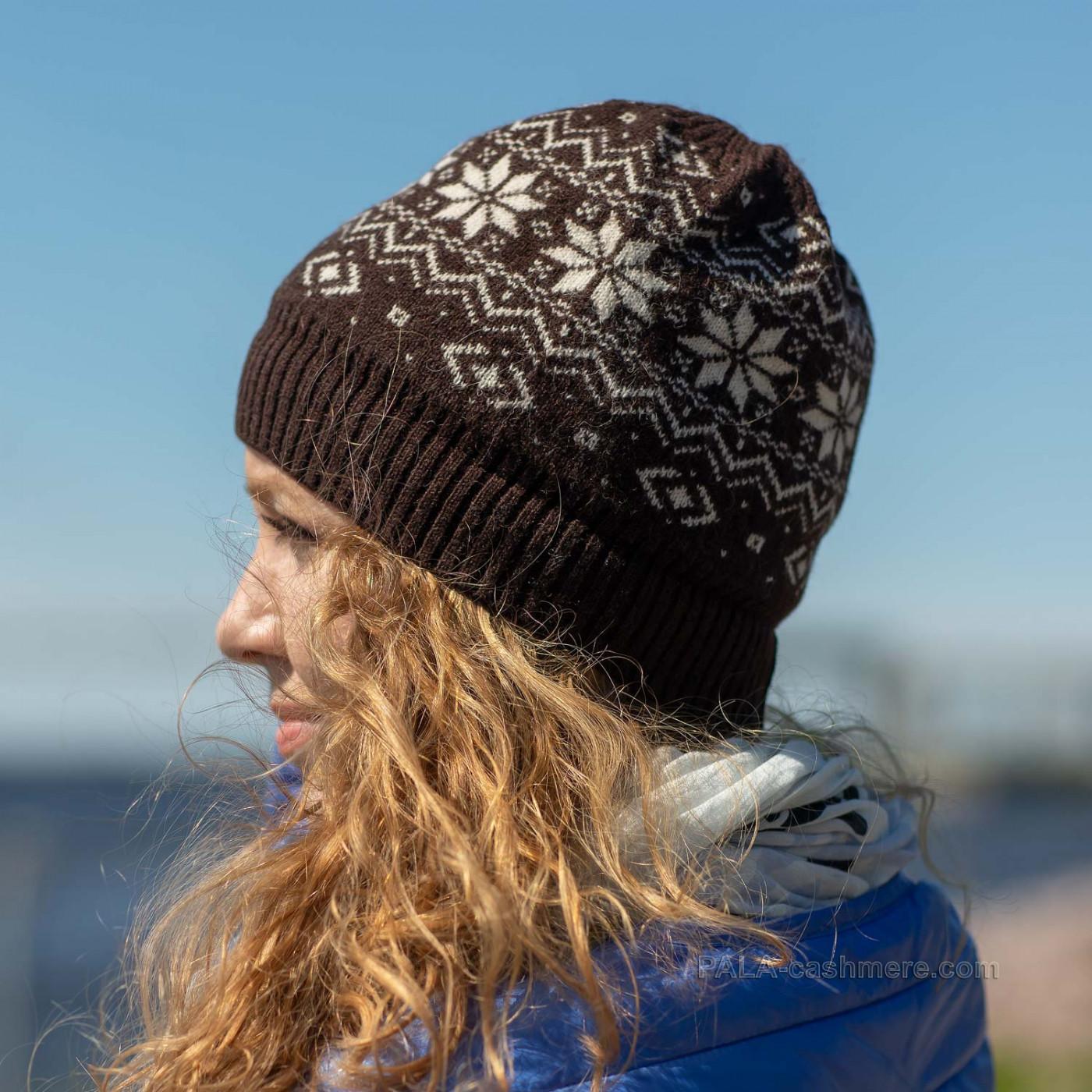 Коричневая шерстяная шапка с орнаментом