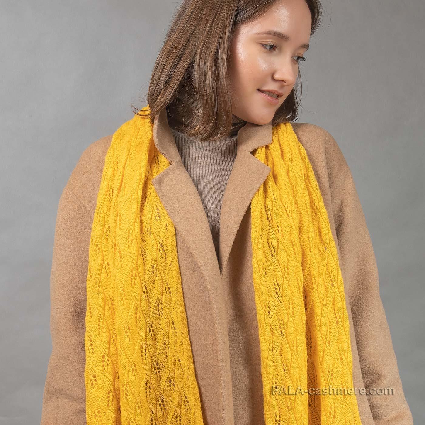 Шерстяной ажурный палантин желтый