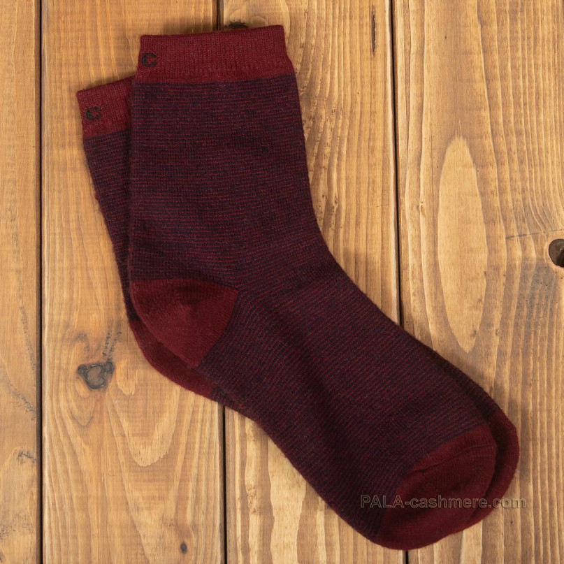 Тонко вязанные бордовые носки из шерсти