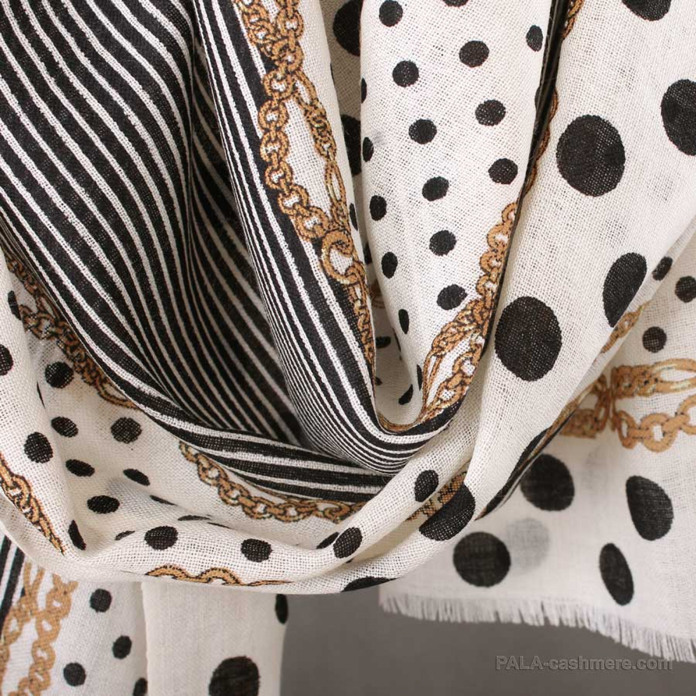 Stole with wool with a pattern of polka dots 65x180