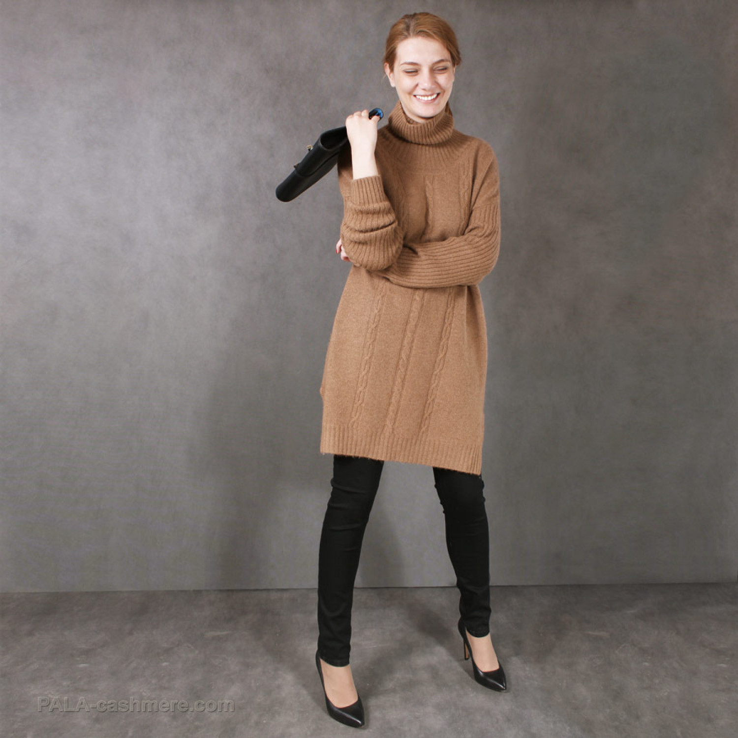 """Sweater-tunic of camel wool with a pattern of """"pigtail"""""""